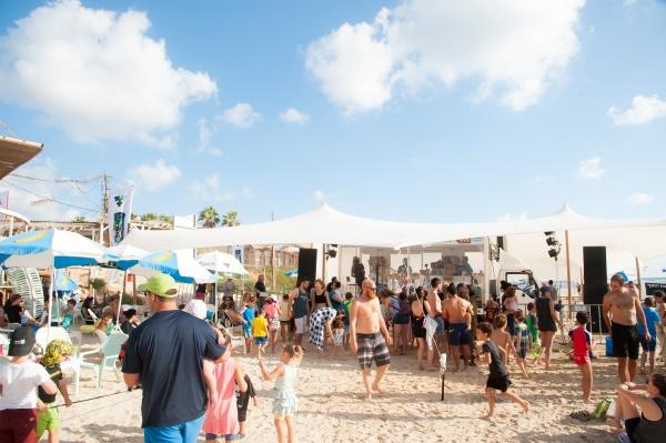 האולפן השקוף של גלגלצ בחוף מכמורת והקהל