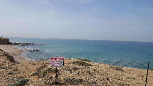 חוף עם שלט אזהרה