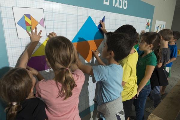 ילדים מתרגלים הנדסה על הקירות בבית ספר משגב