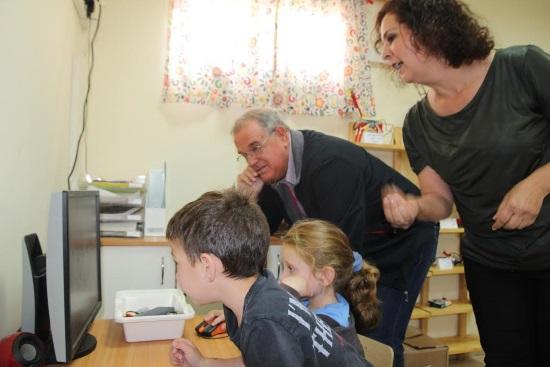 ראש המועצה וילדים בפרויקט הרובוטיקה